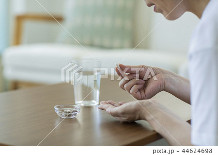 サプリメントを飲む中年女性 44624698