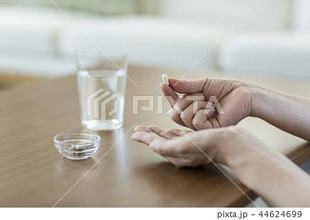 サプリメントを飲む中年女性 44624699