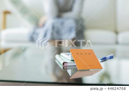 中年女性 年金手帳 44624708