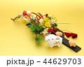 亥年 年賀素材〜イノシシの親子と羽子板飾り 44629703
