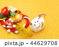 亥年 年賀素材〜白イノシシと正月飾り 44629708