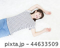 寝転ぶ若い女性 44633509