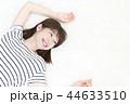 寝転ぶ若い女性 44633510