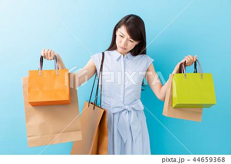 買い物をする女性 困る 44659368