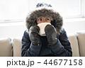 人々 人物 ソファーの写真 44677158
