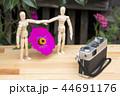 花と記念撮影する人形 44691176