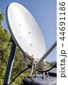 衛星アンテナを点検する人形 44691186