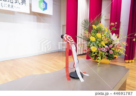 ステージ上の演台(マイク&壇上花) 44691787
