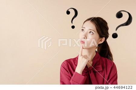 考える女性 44694122