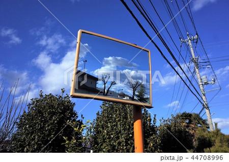 ミラーに反射した美しい雲と青い空、家と電柱、電信柱と電線。鏡と標識 44708996