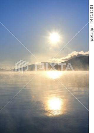 奥日光中禅寺湖千住ヶ浜の日の出 霧立つ湖面に男体山 44711281