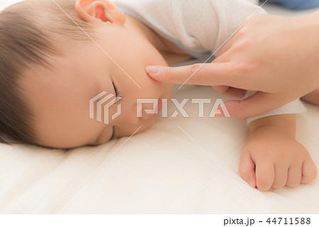 眠る赤ちゃん 44711588