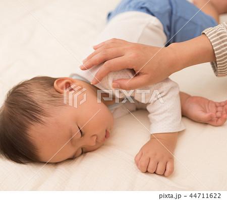 眠る赤ちゃん 44711622