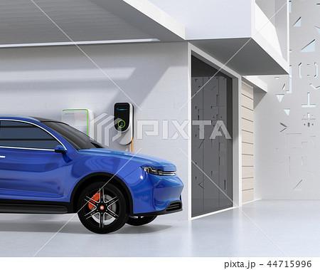 自宅の充電スタンドに充電している電動SUVのイメージ 44715996
