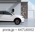 自宅の充電スタンドに充電している電動SUVの側面イメージ 44716002