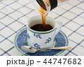 コーヒーを注ぐ 44747682