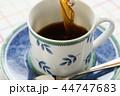 コーヒーを注ぐ 44747683