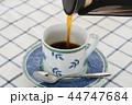 コーヒーを注ぐ 44747684