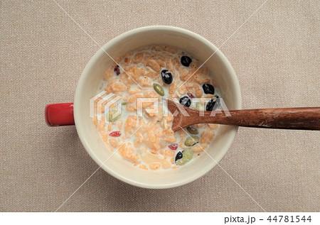 健康的なグラノーラ朝食、ミューズリー、豆乳、新鮮な牛乳のシリアル、ロハスとロカボ食品 44781544