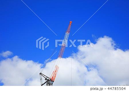クレーン 秋の青空と白い雲 44785504