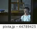 男性 屋内 ソファの写真 44789425
