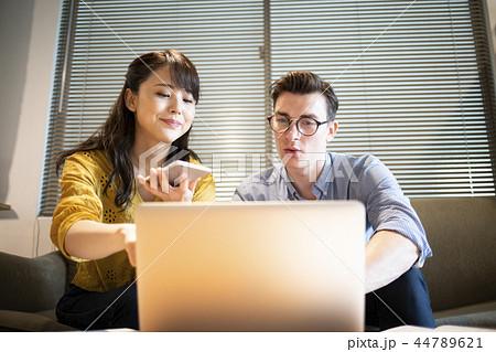 カフェで英語を勉強する女性 44789621