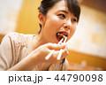 一人で食事を楽しむ女性 44790098