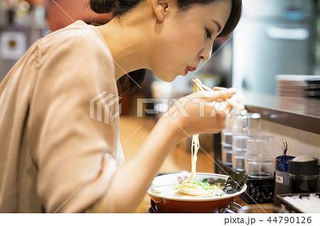 一人でラーメンを楽しむ女性 44790126