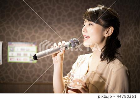 一人でカラオケを楽しむ女性 44790261