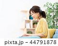 女性 ノートパソコン 在宅ワークの写真 44791878
