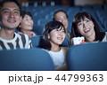 映画館で映画を見る観客 44799363