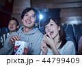 映画館で映画を見る観客 44799409