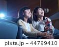 映画館で映画を見る観客 44799410