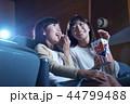 映画館で映画を見る観客 44799488