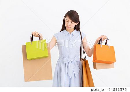 買い物をする女性 考える 44851576