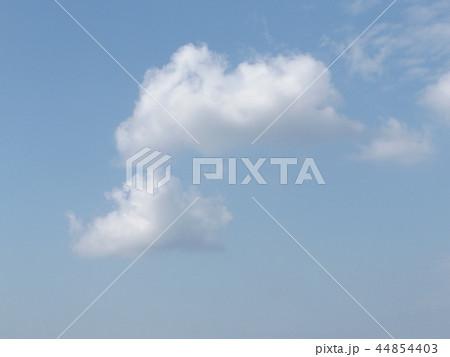 稲毛海岸の青空と白い雲 44854403