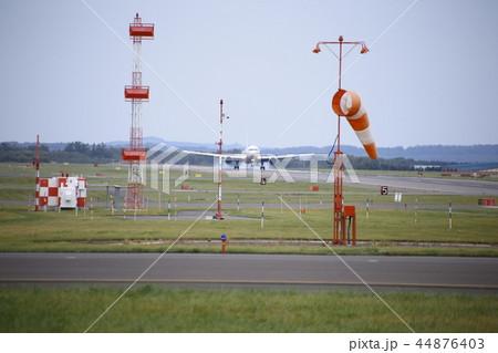 飛行機の離陸(北海道女満別空港) 44876403