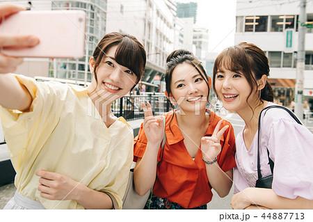 自撮りする女友達 若い日本人女性 44887713