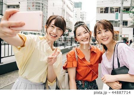 自撮りする女友達 若い日本人女性 44887714