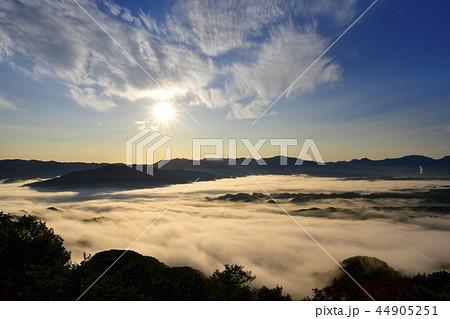 秩父盆地にかかる朝霧の雲海に秩父の山並みと朝日に雲 44905251