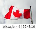 風になびくカナダの国旗 44924310