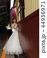キュランダ駅構内で観光列車に乗り込もうとする花嫁さんの縦写真 44936971