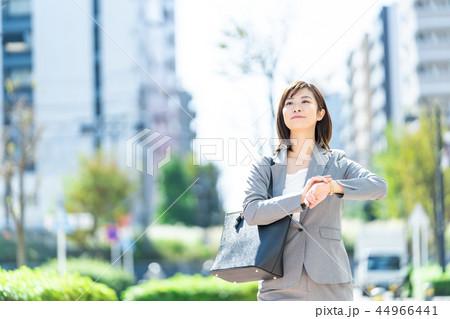 オフィス街 歩くスーツの女性 OL ビジネス スーツ ポートレート リクルート 44966441