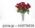 花瓶に飾った赤いバラ 44979836