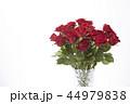花瓶に飾った赤いバラ 44979838