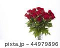 花瓶に飾った赤いバラ 44979896