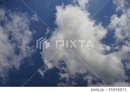 青空と白い雲  45056871