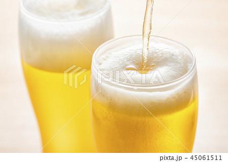 ビールをグラスに注ぐ 45061511