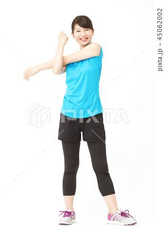 スポーツウェアを着た女性 ストレッチ 45062002