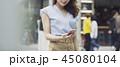 女性 ショッピング 携帯電話の写真 45080104